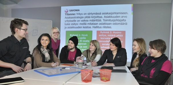 Trường có liên kết với các trường đối tác của hơn 30 quốc gia và hợp tác chặt chẽ với nền kinh tế địa phương, tạo điều kiện cho sinh viên Sanonia tham gia các chương trình làm việc và trao đổi sinh viên. Ngoài ra, sinh viên còn có cơ hội nhận bằng kép có giá trị quốc tế thông qua các chương trình này.