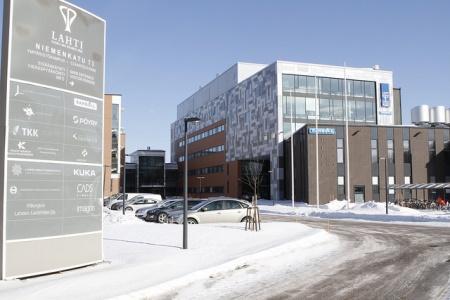 Lahti tọa lạc tại phía Nam Phần Lan, cách thủ đô Helsinki 100 km.