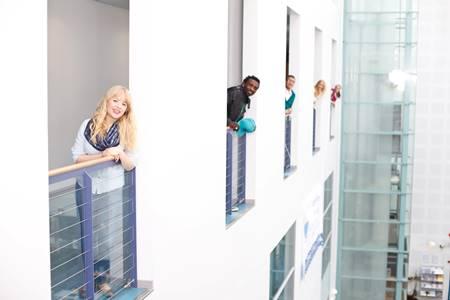 Trường có 7 cơ sở tại Helsinki, Hyvinkää, Kerava, Espoo (tại Leppävaara và Otaniemi), Lohja, Porvoo và Vantaa. Laurea đào tạo các chương trình đại học và cao học bằng 2 thứ tiếng: tiếng Anh và Phần Lan.