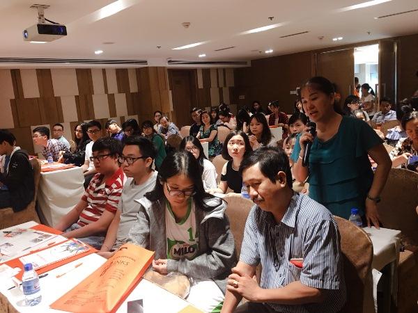 Quý phụ huynh và các bạn học sinh, sinh viên tham gia hội thảo rất tập trung và hỏi đáp nhiều câu hỏi hữu ích với đại diện trường cũng như tư vấn viên Edulinsk