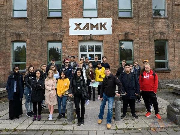 Bạn Đào Anh Kiệt chụp hình cũng các học sinh quốc tế trước trường XAMK